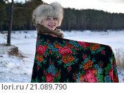 Купить «Женщина в павловопосадском платке стоит на берегу озера. Зимний пейзаж», фото № 21089790, снято 17 января 2016 г. (c) Ирина Борсученко / Фотобанк Лори