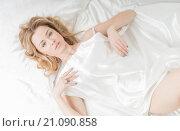 Купить «Девушка в постели под белым шёлком», фото № 21090858, снято 7 ноября 2014 г. (c) Виктор Водолазький / Фотобанк Лори
