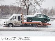 Эвакуатор с ретро машиной стоит на улице. Редакционное фото, фотограф Ирина Столярова / Фотобанк Лори