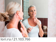 Купить «Woman applying moisturizing cream on her face.», фото № 21103766, снято 27 августа 2015 г. (c) age Fotostock / Фотобанк Лори