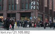 Купить «Площадь заполненная людьми перед зданием магазина Стокманн в Рождественские праздники. Хельсинки. Финляндия», видеоролик № 21105002, снято 24 января 2016 г. (c) Кекяляйнен Андрей / Фотобанк Лори