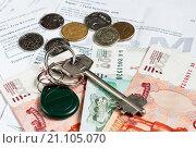 Купить «Деньги и ключи лежат на квитанциях для оплаты коммунальных услуг», эксклюзивное фото № 21105070, снято 25 января 2016 г. (c) Игорь Низов / Фотобанк Лори