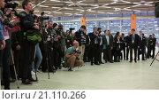Купить «Фотографы и корреспонденты на церемонии торжественного открытия выставки Металл-Экспо 2015, павильон №75, ВДНХ, Москва», видеоролик № 21110266, снято 22 января 2016 г. (c) Кекяляйнен Андрей / Фотобанк Лори