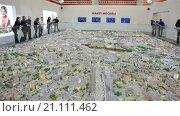 Купить «Посетители выставки рассматривают город Москву с птичьего полета на интерактивном макете в павильоне №75, ВДНХ», видеоролик № 21111462, снято 22 января 2016 г. (c) Кекяляйнен Андрей / Фотобанк Лори