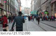 Купить «Перекрытая улица Александркату во время Рождественского концерта на козырьке здания ТЦ Стокманн. Хельсинки, Финляндия», видеоролик № 21112090, снято 24 января 2016 г. (c) Кекяляйнен Андрей / Фотобанк Лори