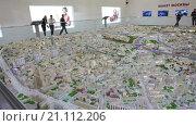 Купить «Интерактивный макет центральной части Москвы. Посетители ходят вокруг экспозиции. Павильон 75, ВДНХ, Москва», видеоролик № 21112206, снято 22 января 2016 г. (c) Кекяляйнен Андрей / Фотобанк Лори