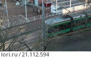 Купить «Зеленый трамвай на зимней улице в городе Хельсинки, вид сверху. Финляндия», видеоролик № 21112594, снято 24 января 2016 г. (c) Кекяляйнен Андрей / Фотобанк Лори