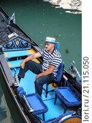 Венецианский гондольер ожидает пассажиров (2015 год). Редакционное фото, фотограф Борис Горбатенко / Фотобанк Лори