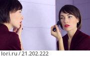 Девушка накладывает макияж. Стоковое видео, видеограф Юлия Машкова / Фотобанк Лори