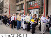 Купить «Thousands of ticket holders line up on Seventh Avenue to pass through security at Madison Square Garden for Pope Francis´ mass on Friday, September 25...», фото № 21242118, снято 25 сентября 2015 г. (c) age Fotostock / Фотобанк Лори