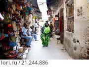 Купить «Торговая улица в Стоун Таун. Занзибар», фото № 21244886, снято 30 декабря 2015 г. (c) Морозова Татьяна / Фотобанк Лори
