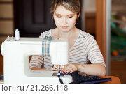 Купить «Девушка шьет на швейной машинке», фото № 21266118, снято 26 января 2016 г. (c) Евгений Майнагашев / Фотобанк Лори