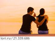 Купить «Happy teen couple in sunset he teases her», фото № 21339686, снято 13 ноября 2019 г. (c) age Fotostock / Фотобанк Лори