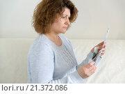 Купить «adult woman with receipts and Russian money», фото № 21372086, снято 27 января 2016 г. (c) Володина Ольга / Фотобанк Лори