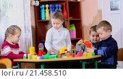 Купить «Дети играют в строителей», видеоролик № 21458510, снято 23 декабря 2015 г. (c) Kozub Vasyl / Фотобанк Лори