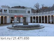 Купить «Колоннада вблизи Нарзанной галереи снежным утром, Кисловодск», эксклюзивное фото № 21471650, снято 20 января 2016 г. (c) Алексей Гусев / Фотобанк Лори