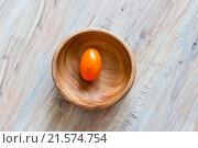 Оранжевый помидор в деревянной миске. Стоковое фото, фотограф Александр Замоткин / Фотобанк Лори