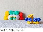 Яркие вязаные пинетки и мотки шерсти. Стоковое фото, фотограф Александр Замоткин / Фотобанк Лори