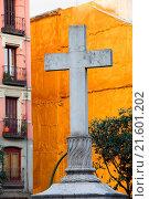 Купить «Cross at the Plaza de Puerta Cerrada in Madrid», фото № 21601202, снято 19 февраля 2019 г. (c) easy Fotostock / Фотобанк Лори