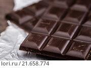 Купить «Dark Chocolate Bars on Foil and Wooden Table», фото № 21658774, снято 18 января 2018 г. (c) PantherMedia / Фотобанк Лори