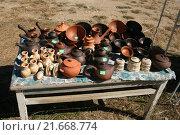 Купить «Продажа керамики, посуда на столе. Старый Крым», эксклюзивное фото № 21668774, снято 31 августа 2015 г. (c) Щеголева Ольга / Фотобанк Лори
