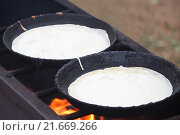 Купить «Блины жарятся на чугунных сковородах», фото № 21669266, снято 23 августа 2013 г. (c) Galina Tolochko / Фотобанк Лори