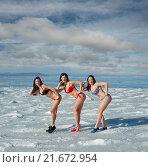 Купить «Моржевание. Три женщины в купальниках на льду моря», фото № 21672954, снято 6 января 2016 г. (c) Георгий Хрущев / Фотобанк Лори