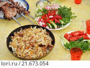 Купить «Жареная картошка и шашлык на дачном столе», эксклюзивное фото № 21673054, снято 22 мая 2010 г. (c) Юрий Морозов / Фотобанк Лори