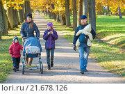 Купить «Счастливая семья с тремя детьми гуляет осенью в парке», фото № 21678126, снято 11 октября 2015 г. (c) Сергей Дубров / Фотобанк Лори