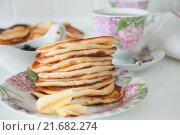 Оладьи на блюдце, а рядом кусочки масла. Стоковое фото, фотограф Юлия Добычина/Iuliia Dobychina / Фотобанк Лори
