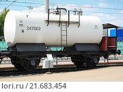 Купить «Двухосная цистерна с тормозной площадкой для перевозки бензина», фото № 21683454, снято 1 августа 2012 г. (c) Алёшина Оксана / Фотобанк Лори