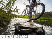 Купить «Девушка с велосипедом переходит реку», фото № 21687102, снято 14 сентября 2015 г. (c) Михаил Дударев / Фотобанк Лори