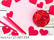 Красная шкатулка с сердечками, вид сверху. Стоковое фото, фотограф Татьяна Зарубо / Фотобанк Лори