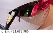Купить «Автомобиль Tesla Model S подключен к электрическому питанию. Электрический седан, цвет белая звезда», видеоролик № 21688986, снято 1 февраля 2016 г. (c) Кекяляйнен Андрей / Фотобанк Лори