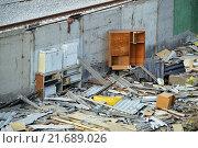 Купить «Мусор на месте снесенных гаражей в ГСК», фото № 21689026, снято 30 октября 2015 г. (c) Александр Замараев / Фотобанк Лори