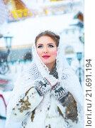 Красивая девушка в белом пуховом платке зимой. Стоковое фото, фотограф Оксана Дорохина / Фотобанк Лори