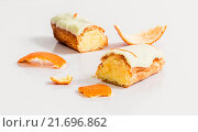 Эклеры с апельсиновыми корками на белом столе. Стоковое фото, фотограф Riasna Yuliia / Фотобанк Лори