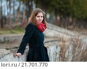 Купить «Счастливая молодая девушка стоит возле старого бетонного забора», эксклюзивное фото № 21701770, снято 17 апреля 2015 г. (c) Игорь Низов / Фотобанк Лори