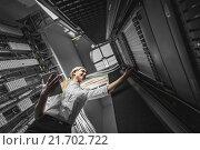 Купить «Молодая женщина инженер с ноутбуком в серверной комнате», фото № 21702722, снято 29 декабря 2015 г. (c) Mark Agnor / Фотобанк Лори