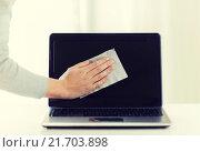Купить «close up of woman hand cleaning laptop screen», фото № 21703898, снято 18 февраля 2015 г. (c) Syda Productions / Фотобанк Лори