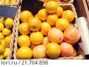 Купить «ripe grapefruits at food market», фото № 21704898, снято 20 декабря 2014 г. (c) Syda Productions / Фотобанк Лори