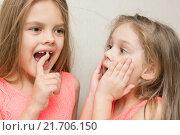 Купить «Шестилетняя девочка показывает сестре свой шатающийся молочный зуб», фото № 21706150, снято 3 января 2016 г. (c) Иванов Алексей / Фотобанк Лори