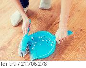 Купить «close up of woman with brush and dustpan sweeping», фото № 21706278, снято 18 февраля 2015 г. (c) Syda Productions / Фотобанк Лори
