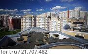 Купить «Многоэтажный дом и двор в спальном районе города Москвы. Съемки с коптера. MTS», видеоролик № 21707482, снято 10 июля 2020 г. (c) kinocopter / Фотобанк Лори