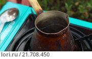 Купить «Кофе варится в турке на природе», видеоролик № 21708450, снято 4 февраля 2016 г. (c) Video Kot / Фотобанк Лори