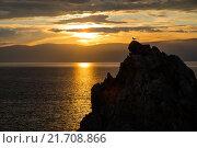 Закат солнца на берегу озера Байкал с чайкой, сидящей на вершине скалы. Стоковое фото, фотограф Иван Рочев / Фотобанк Лори