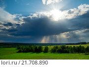 Грозовые тучи с пробивающимися через них лучами солнца над полями и лесами. Стоковое фото, фотограф Иван Рочев / Фотобанк Лори