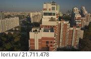 Купить «Полет на дроне над спальным районом Москвы. Заявочный план многоэтажки», видеоролик № 21711478, снято 21 марта 2019 г. (c) kinocopter / Фотобанк Лори