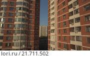 Купить «Пролет между многоэтажными домами. RAW», видеоролик № 21711502, снято 23 августа 2019 г. (c) kinocopter / Фотобанк Лори