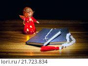 Купить «Книги, крест, четки и фигурка ангела на деревянном столе», фото № 21723834, снято 6 февраля 2016 г. (c) Татьяна Белова / Фотобанк Лори
